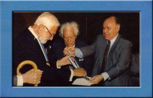 Albert Sabin entrega a medalha que traz o seu nome, instituída pelo então Vereador Gerson Bergher à Austregésilo de Athayde, único brasileiro a assinar a Declaração dos Direitos Humanos, em 1948.